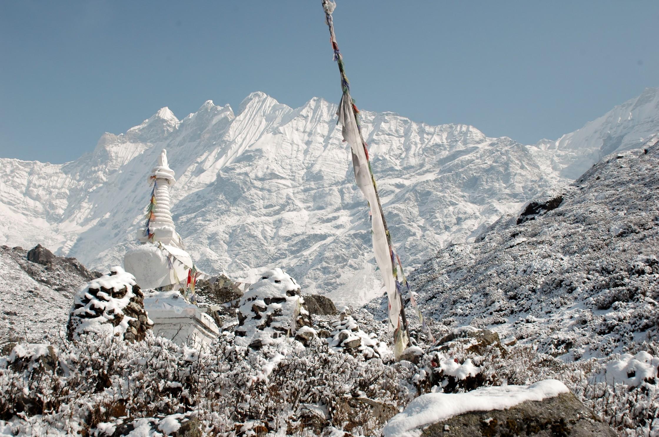 gumba-im-schnee-langtang-trek