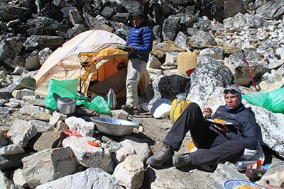 bergsteiger-pause-everst-gebiet-nepal-trekkingtour