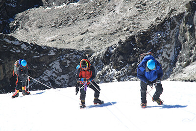 besteigung-island-peak-schneefeld-und-bergsteiger