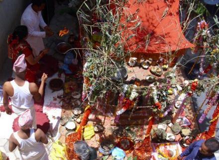 Ein junge wird in nepal zu mann und bekommt die heilige schnur
