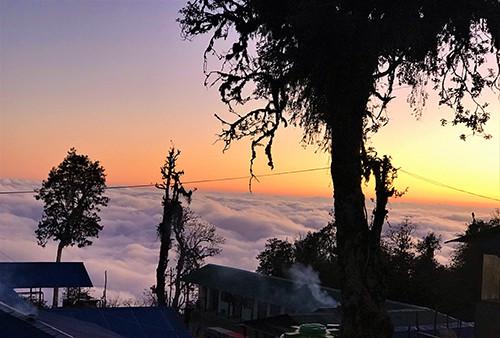 sonnenuntergang-ueber-wolken-mardi-himal-trekking