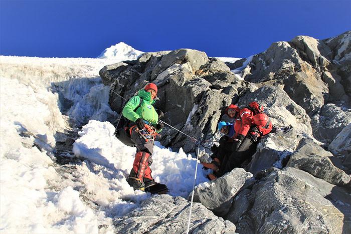 sherpa-guide-und-gaeste-am-seil-bei-labuche-peak-besteigung