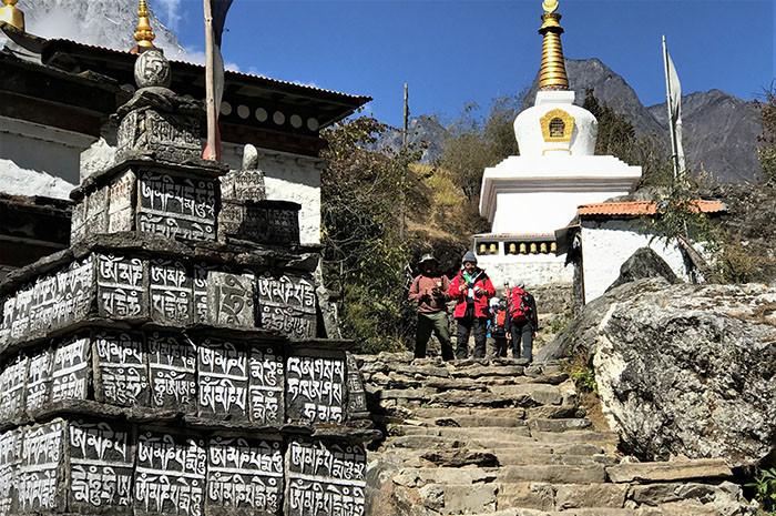 trekkingtour-labuche-peak-besteigung-phakding-choerten