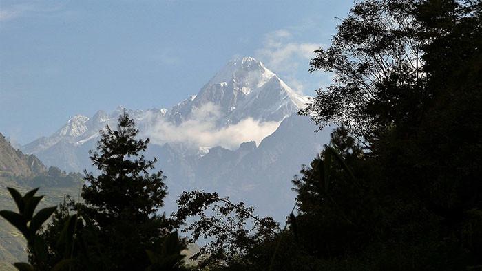 nepalesisches-himalaya-berglandschaft-und-wald