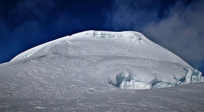 gipfel-mera-peak-blauer-himmel-eis