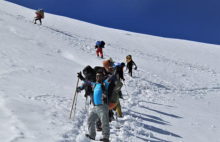 schneefeld-ueberlaufen-nepaltrekkingtour-zum-mera-peak