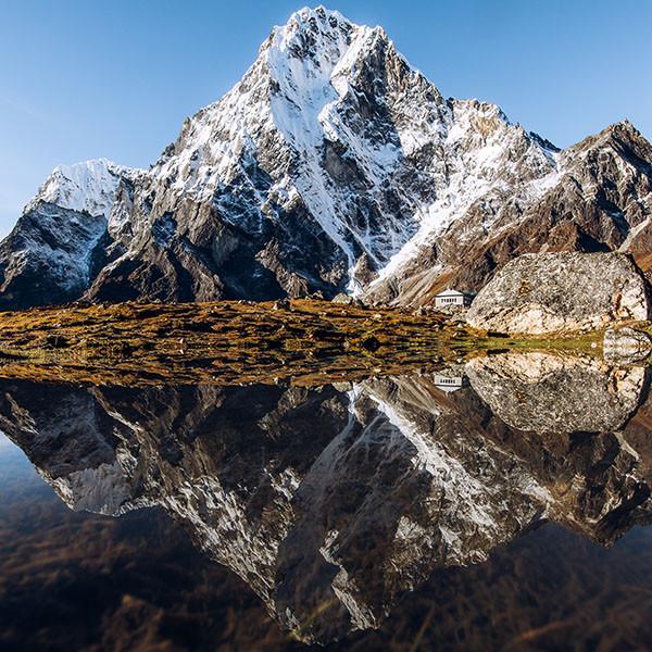 everest-trek-nuptse-spiegelbild-im-wasser