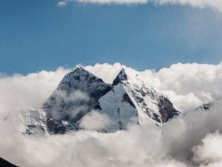 trekking-sallary-zum-everest-basis-lager-ama-dablam-in-wolken