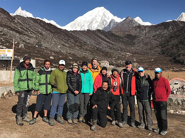 bimthang-treck-gruppe-vor-lodge-nepal