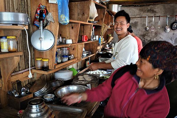 kochen-in-nepalesischer-lodge-mit-spass