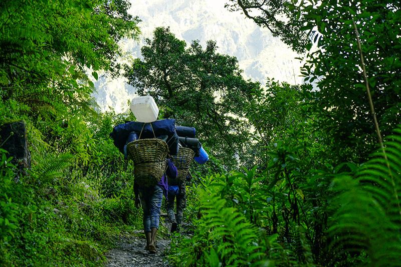 nepalesische träger unterwegs im himalaya