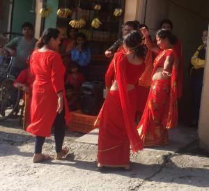 tanzende-frauen-teej-festival-nepal