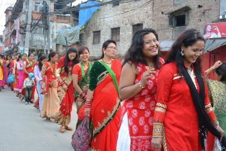 teej-festival-nepal-frauen-im-roten-sari