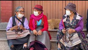 sherpafrauen-tragen-maske-coronamassnahmen-boudanath